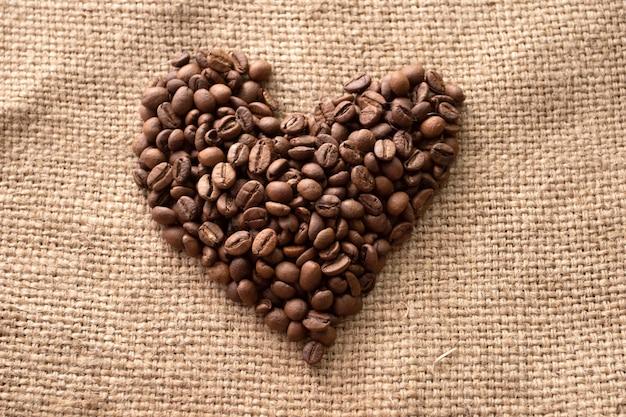 コーヒー豆から作られたハート。ハートの形をしたコーヒー豆。