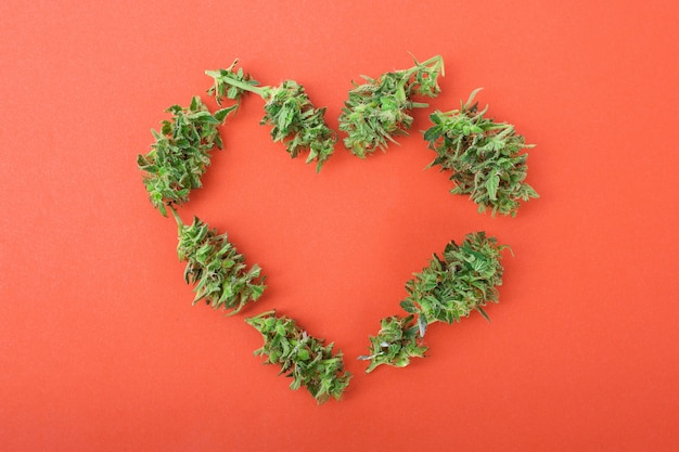 大麻のつぼみで作られたハートは愛の象徴