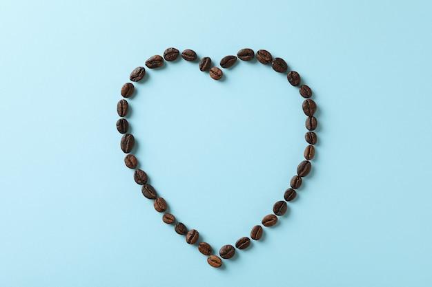 青のコーヒー豆で作られたハート