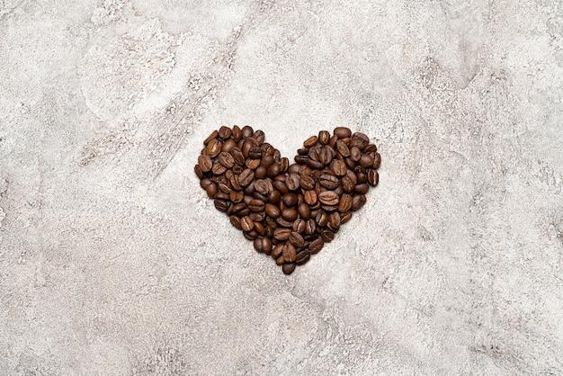 Сердце из кофейных зерен на бетоне