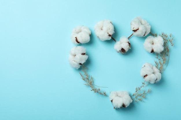 青に綿の植物の花で作られたハート
