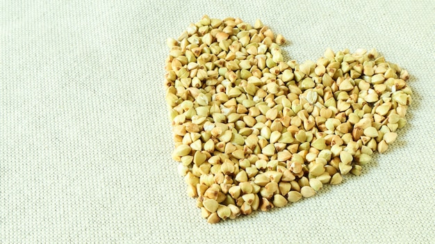 Сердце из зеленой гречки. символ любви и здоровья. отличная еда. здоровая крупа. органическое сырье