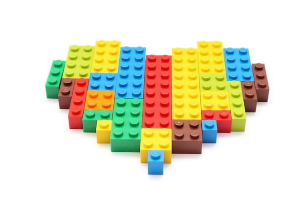 여러 가지 빛깔의 레고 블록으로 만든 하트