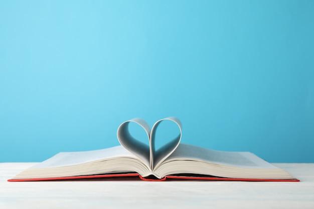 ページで作られた心。青いスペース、テキスト用のスペースに対して予約