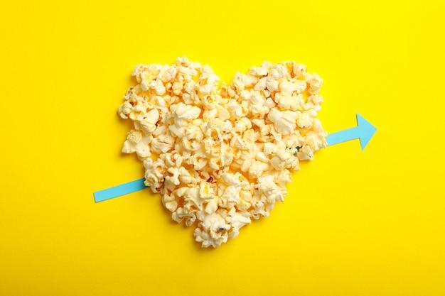 黄色い空間にポップコーンで作られた心