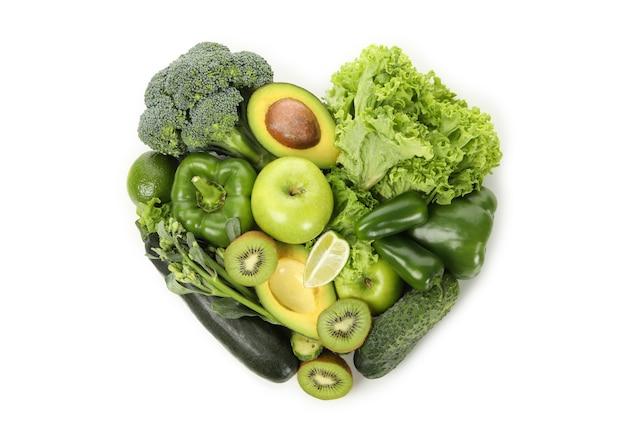 白い背景の上の野菜や果物で作られた心