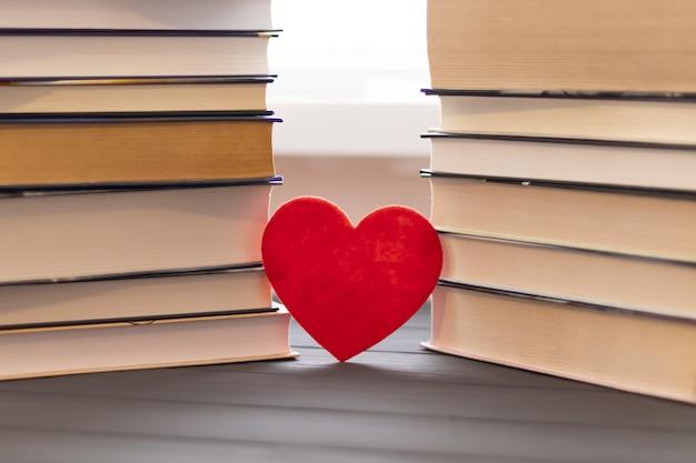 図書館のテーブルの本の近くの心