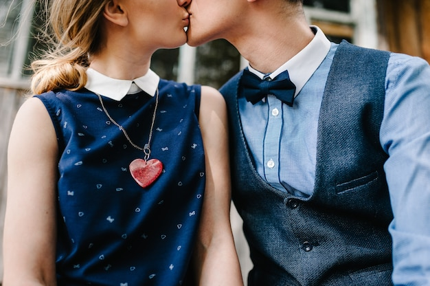 Ожерелье-сердце висит на шее у груди любви