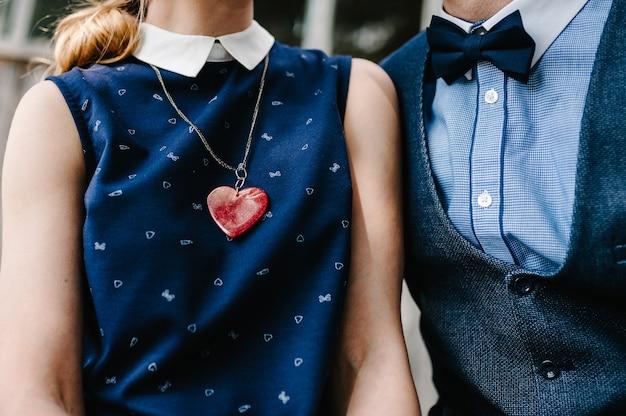Ожерелье-сердце висит на шее у груди