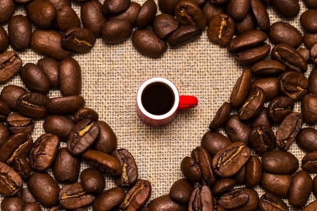 コーヒー豆と黄麻布のカップの中心