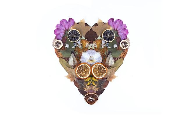 마른 꽃, 오렌지, 자몽 조각과 단풍의 심장. 장식 구성입니다. 대칭 기호 모양입니다. 가 디자인 요소입니다.