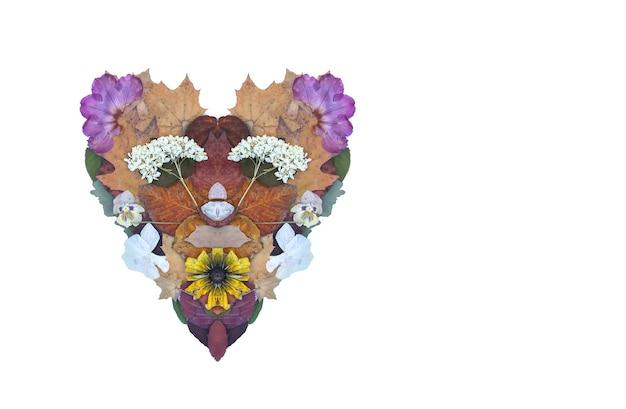 마른 꽃, 오렌지, 자몽 조각과 단풍의 심장. 대칭 기호 모양입니다. 장식 구성입니다. 가 디자인 요소입니다.