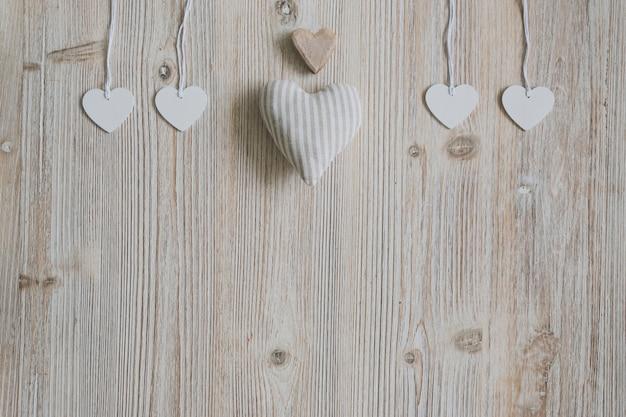 Сердце ткани, коричневый сердца и сердца, висит на веревках