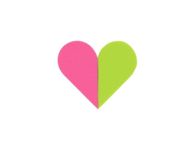 Сердце из красных и зеленых губок, изолированных на белом. продукты для ухода за кожей лица.