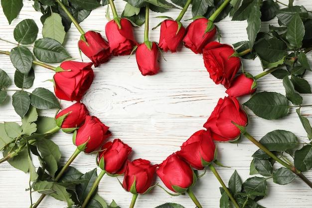 흰색 나무 시골 풍 테이블에 빨간 장미의 심장