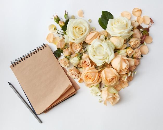 장미 꽃과 메모장 책의 심장, 평평하다