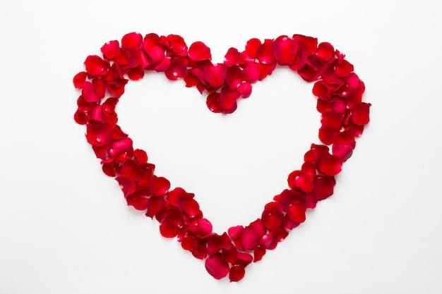 Сердце из роз на белом фоне. поздравительная открытка дня святого валентина.