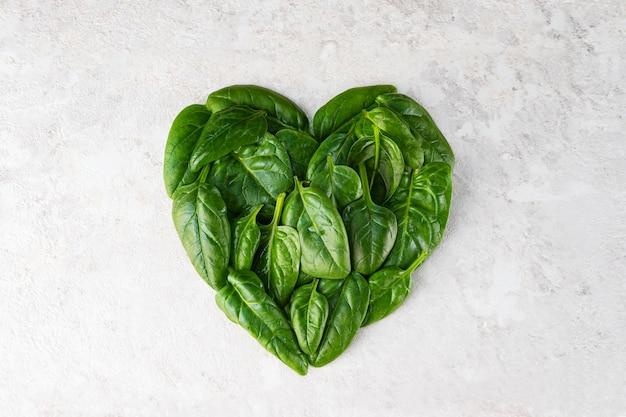 Сердце из листьев шпината.