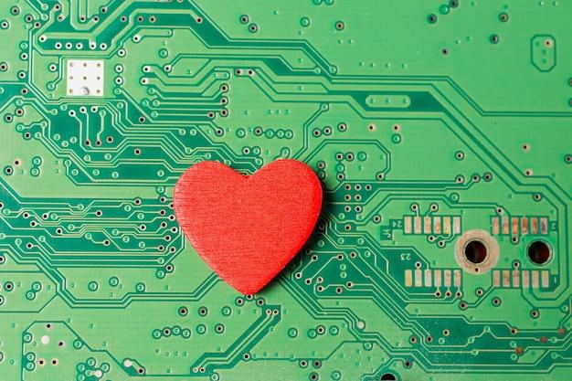 컴퓨터의 심장, 하드 드라이브 및 심장이 빨간색으로 표시된 손수건