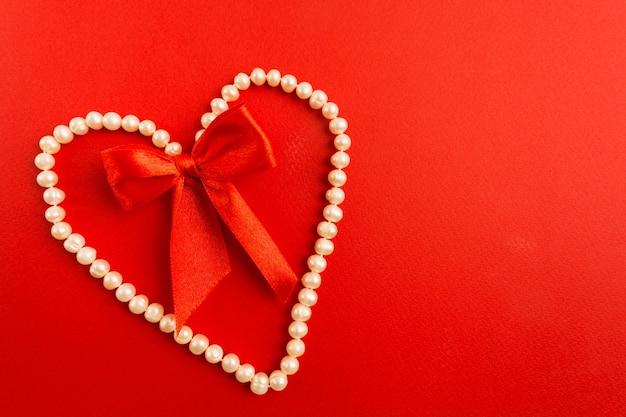 붉은 활과 흰색 진주 보석의 심장