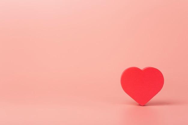 배경색에 심장입니다. 발렌타인 데이 (2 월 14 일)와 사랑의 배경.