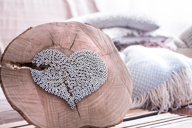 Сердце на деревянном фоне в интерьере комнаты