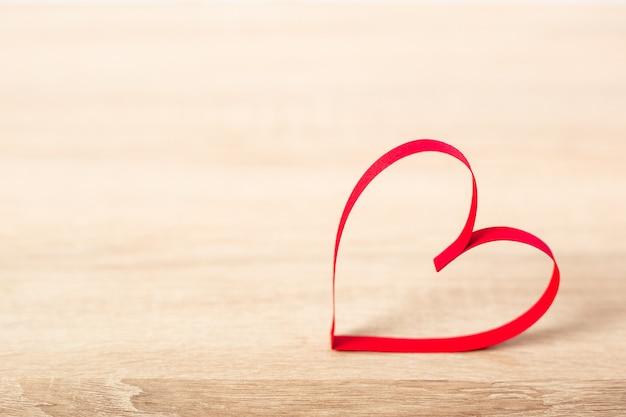 Сердце на деревянном фоне. концепция дня святого валентина. баннер.