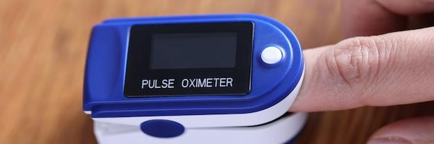 Пульсометр крепится на пальце. концепция расставания сердечного ритма