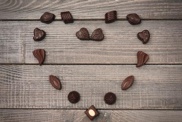 Composizione a forma di cuore di caramelle al cioccolato