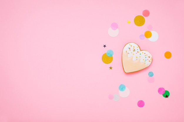 Печенье в форме сердца на розовом фоне с пустым пространством для текста. вид сверху, плоская планировка.