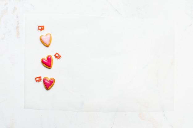 발렌타인 데이를위한 하트 모양 쿠키 및 대리석에 like 기호