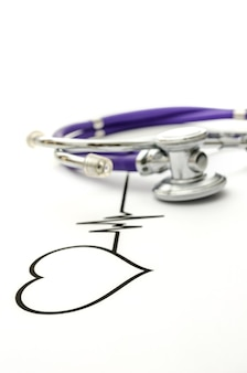 Линия экг формы сердца и стетоскоп.