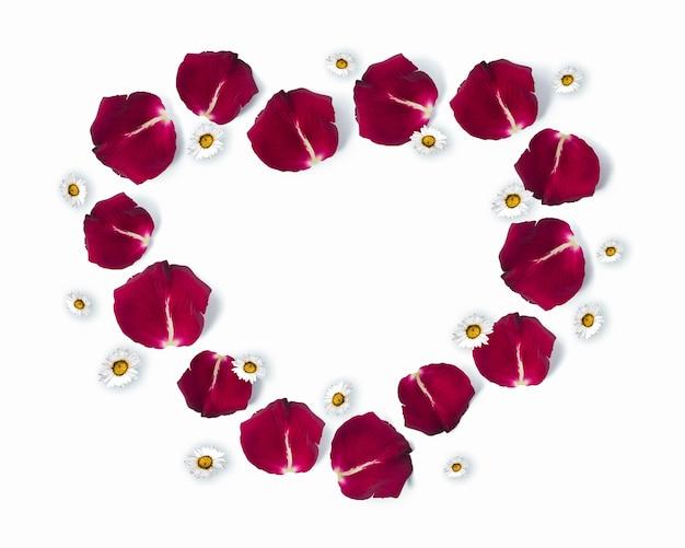 バラの花びらとデイジーの花で作られたハート型のフレーム、コピースペース、バレンタインデー、フラットレイ