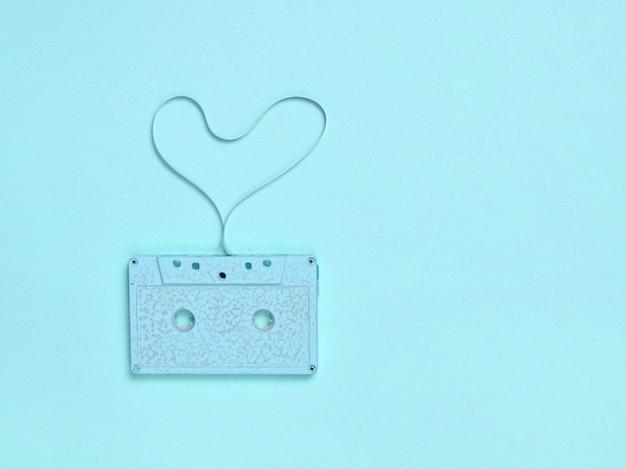Форма сердца из аудиокассеты на синей бумаге