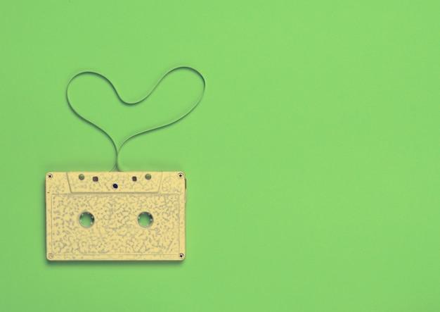 Форма сердца из аудиокассеты на зеленой бумаге