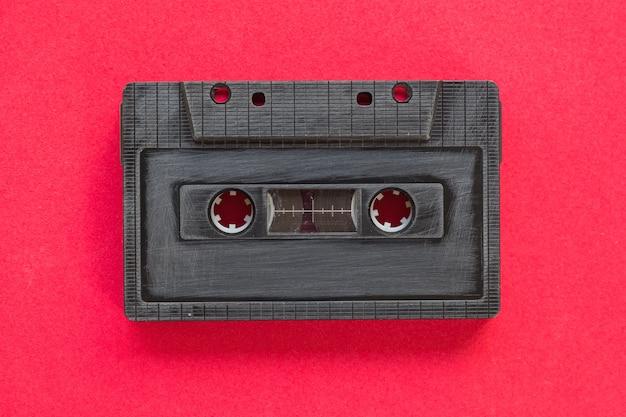 ペーパーの背景の上にカセットテープからの心臓の形