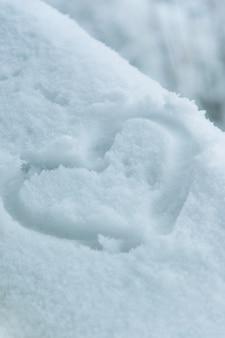雪の中のハートの形