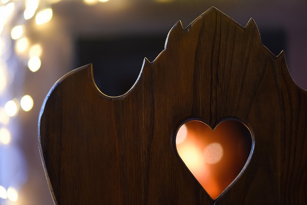 Форма сердца из дерева с огнем на заднем плане