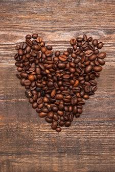 コーヒー豆で作ったハートの形。コーヒーへの愛、高品質、支持、お気に入りのカフェのコンセプト
