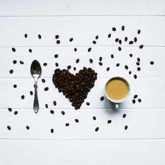 スプーンと一杯のコーヒーでコーヒー豆から作られたハートの形、私はコーヒーが大好きです。