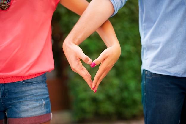 A forma di cuore realizzato dalle mani