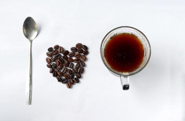 スプーンとコーヒーカップが付いたコーヒー豆で作られたハートの形、スペルト小麦はコーヒーが大好きです
