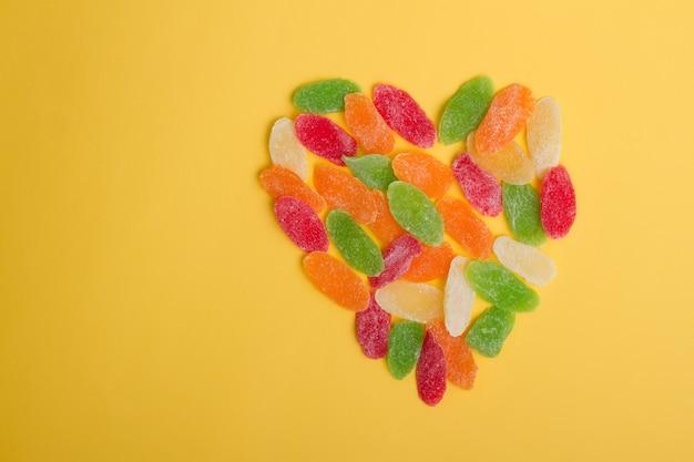 カラフルな甘いドライフルーツで作ったハート型。コピースペースとバレンタインの背景