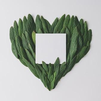 緑の葉で作られたハートの形。