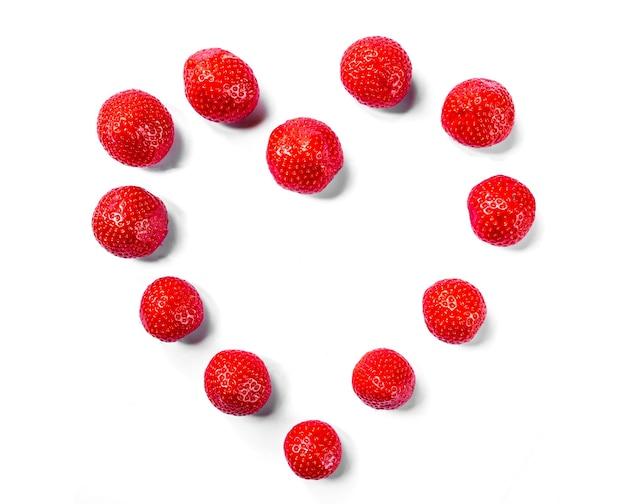 딸기로 만든 하트 모양입니다. 흰색 배경에 고립