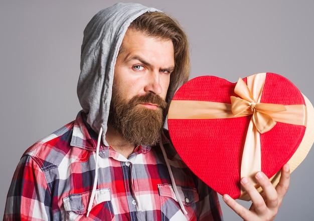 하트 모양. 발렌타인 데이 선물을 가진 남자입니다. 사랑으로 선물하십시오. 선물과 선물.