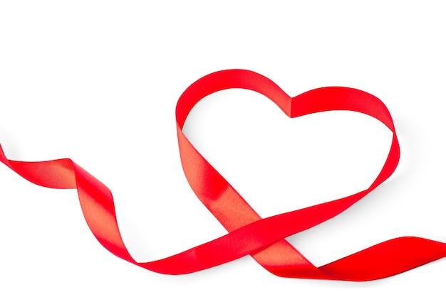 Форма сердца из красной ленты, изолированные на белом фоне