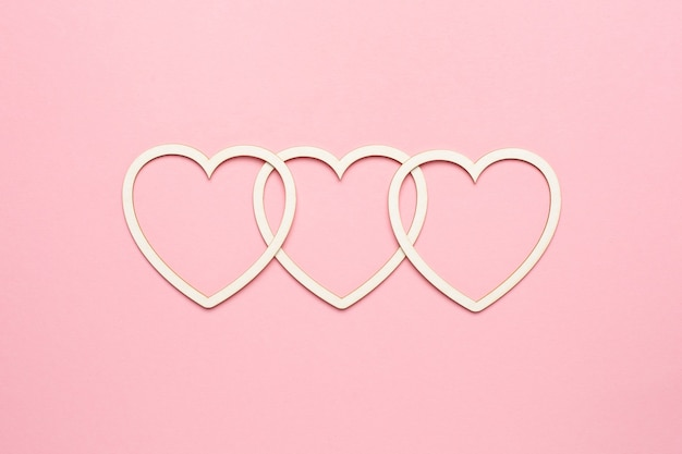 Форма сердца на пастельно-розовом фоне. концепция карты валентина. вид сверху, скопируйте место для текста