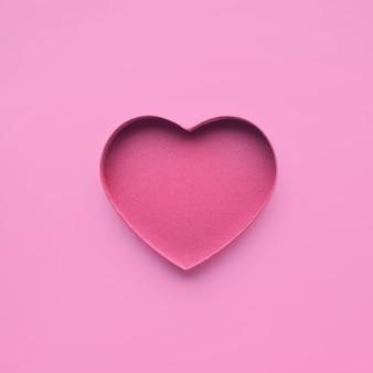 ピンク色のハート型の紙。