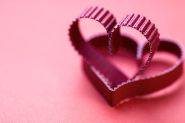 Бумага в форме сердца красная